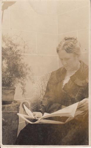 1920 fotografia postal con dama leyendo revista atlantida
