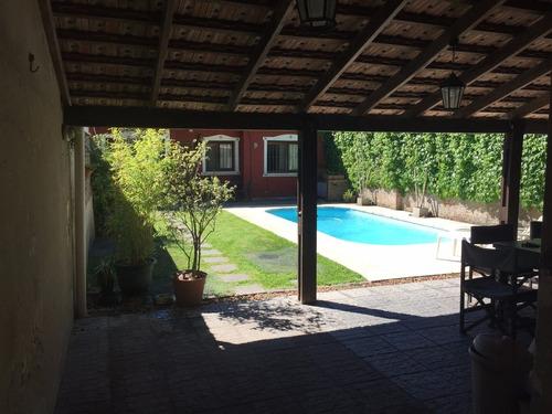 2 casas en el mismo padrón con fondo, piscina y parrillero