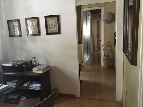 2 dormitorios + servicio! 2 baños, balcón, al frente