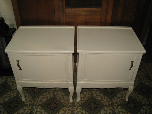 2 mesas de luz antiguas con cajon de buena construccion