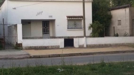 Casa De 3 Dormitorios, Con Gran Patio Y Jardin.