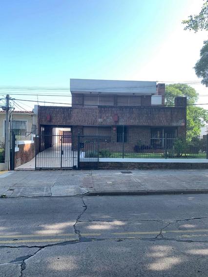 Casa De 5 Dormitorios,2 Baños ,fondo Y Garages Para 6 Autos,