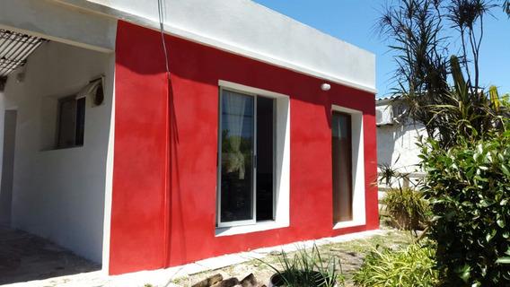 Casa Dos Ambientes Y Baño, A 6 Cuadras De La Playa.