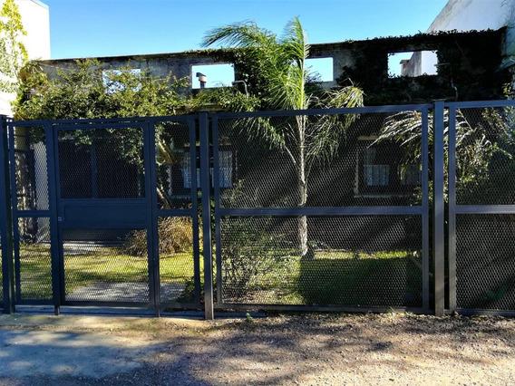 Casa De 3 Dormitorios, 2 Baños, Garage Y Jardín