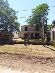 Muy Cómoda Casa De 2 Plantas Con Gran Terreno En Solymar.