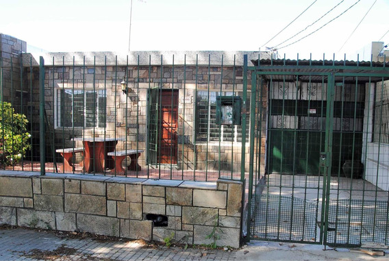 Casa 2 Dormitorios, Garaje Y Cochera, Excelente Ubicación