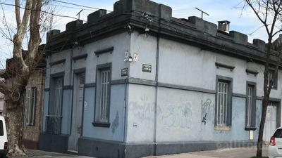 Casa En Excelente Esquina De 2 Dormitorios Y Garage