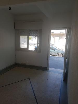 Casa Al Frente De 1 Dormitorio, Garaje Y Patio. En Ph, Indep