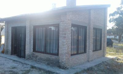 Casa De 4 Dormitorios, Living Comedor, Cocina Y Baño
