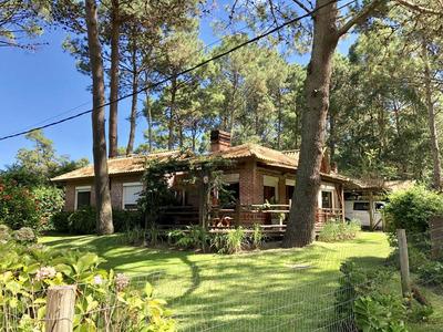 Casa De Tres Dormitorios, Servicio, Piscina Y Parrillero.
