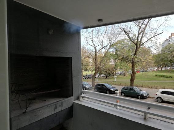 Edificio Moderno, Al Frente, Con Parrillero