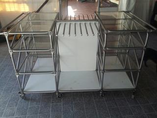 Exhibidor Con Estantes De Vidrio Y Ruedas