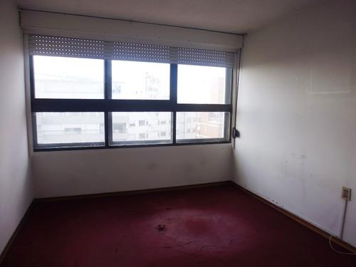 a pasos de terminal tres cruces! 2 dormitorios. piso alto