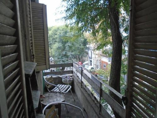 al frente, con balcón, punto con servicios, g.c: $ 2600