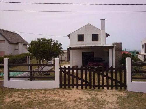 alquilo casa en arachania (rocha) 4 habitaciones.