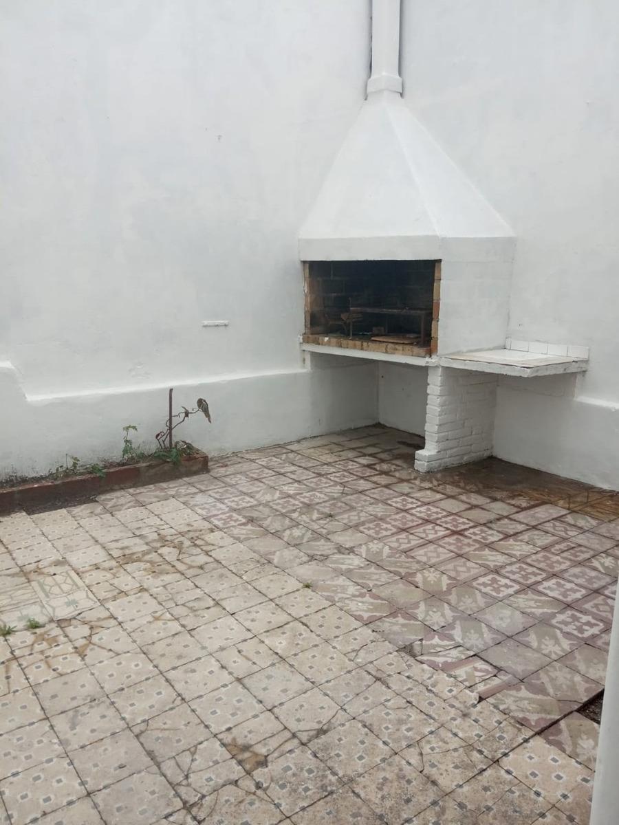 alquilo confortable casa con patio.