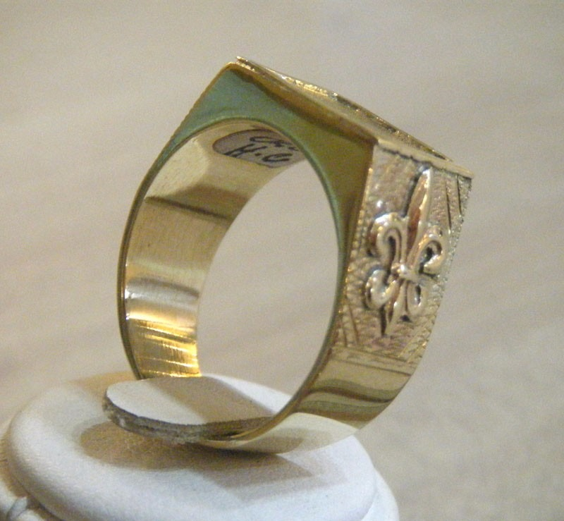 7353eb85c63d anillo para hombre en oro con 2 iniciales. Cargando zoom.