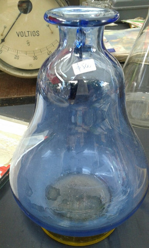 antigua botella de vidrio azul y base caramelo