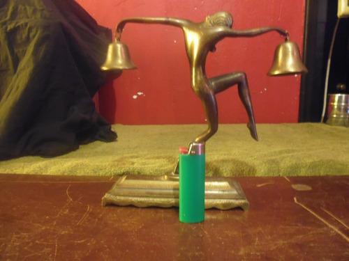 antigua figura de bronce con campanas