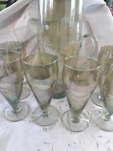 antiguas copas y jarra de vidrio tallado,tono verde suave.