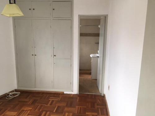 apartamento con dormitorio en suite.