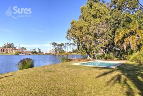 apartamento con jardín y vista al lago