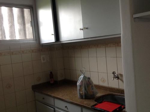 apartamento de dos dormitori, baño y living comedor, balcón.