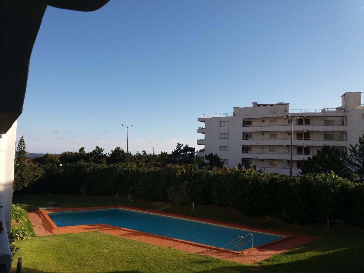 apartamento en playa mansa 2 dormitorios junto al mar