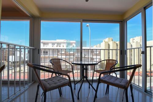 apartamento en venta de 2 dormitorios en edificio con piscina. playa el emir, península, punta del este. - ref: 8191