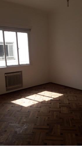 apartamento sobre 18 de julio muy buen estado.