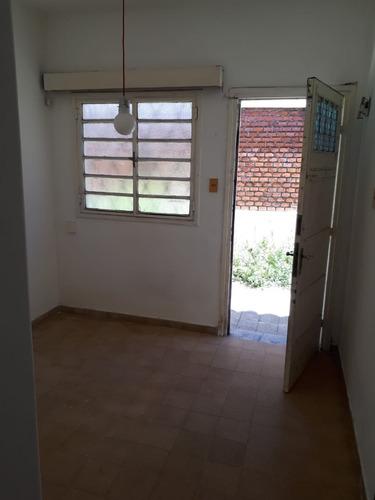 apartamento tipo casa con fondo. 2 dorm prox. agraciada