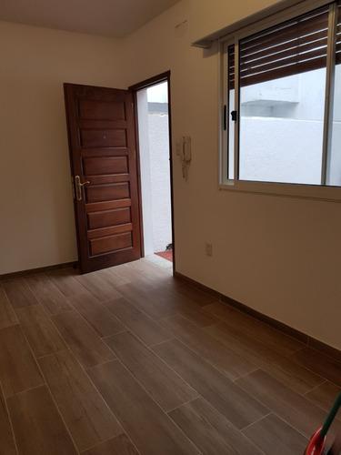 apartamento tipo casa, jardin y parrillero, 1 dorm