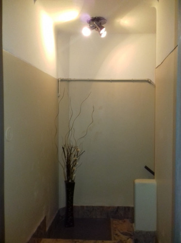 apartamento tipo casita al frente sin gastos comunes.