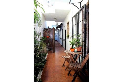 apto tipo casa con hogar, patio y parrillero