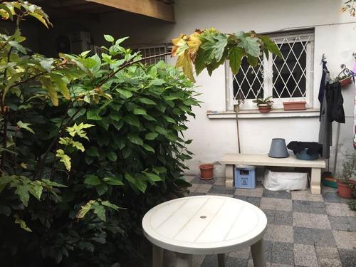 apto. tipo casa con jardin, patio y garaje excelente ubic.