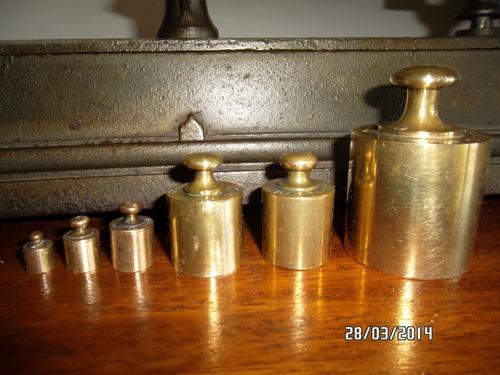 balanza antigua en hierro fundido y bronce