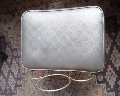 banqueta retro en metal tapziada en simil cuero gris