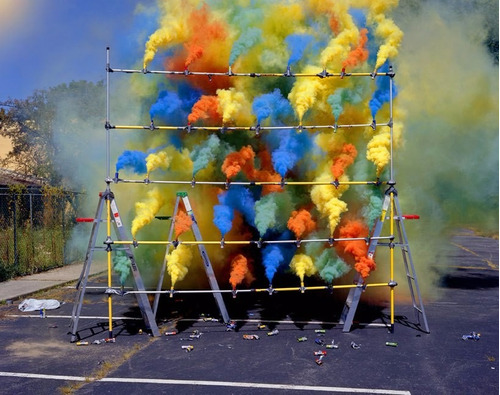 bengala bomba de humo niño fuegos artificiales pirotecnia