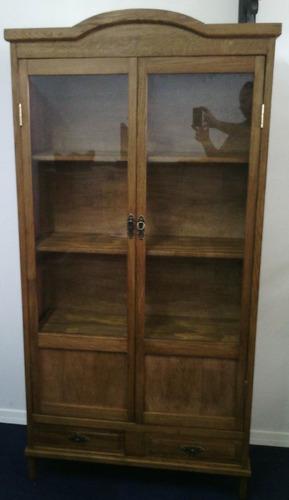 biblioteca de roble con puertas de vidrio y cajones