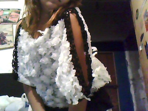 blusa con rosas en relieve