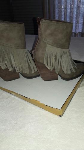 botas con flecos