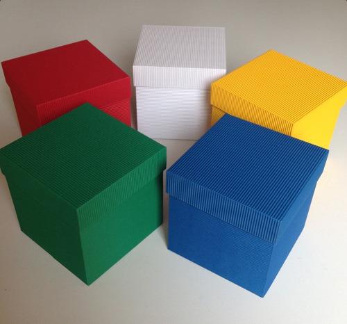 caja de cartón en colores regalo taza velas planta artesanía