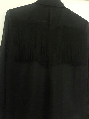 camisa de seda con flecos en la espalda