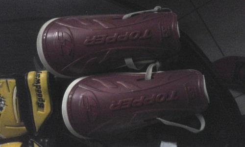 canilleras y guantes para fútbol