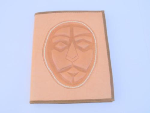 carpeta en cuero con mascara en la tapa ideal para abogados