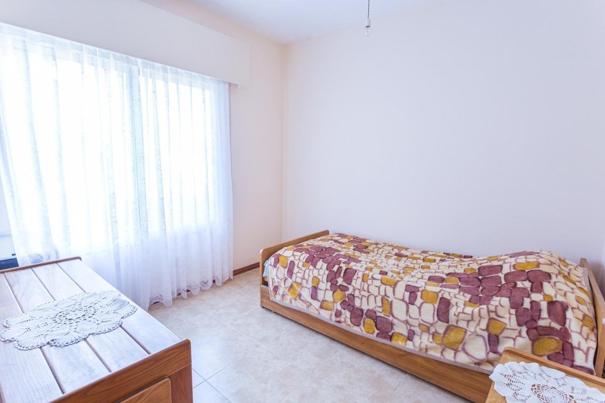 casa 3 dormitorios - 3 baños - cochera - jardin con árboles