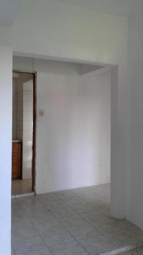 casa al fondo con 2 dormitorios y jardín amplio con parrillero
