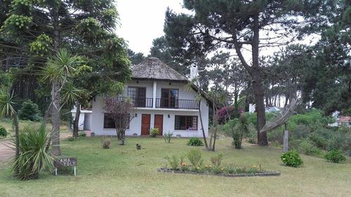 casa bien ubicada puesta a nuevo con jardín fondo y barbacoa