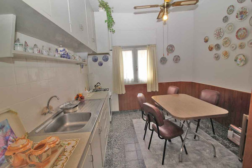 casa centrica, esquina, 3 dormitorios, 2 baños.