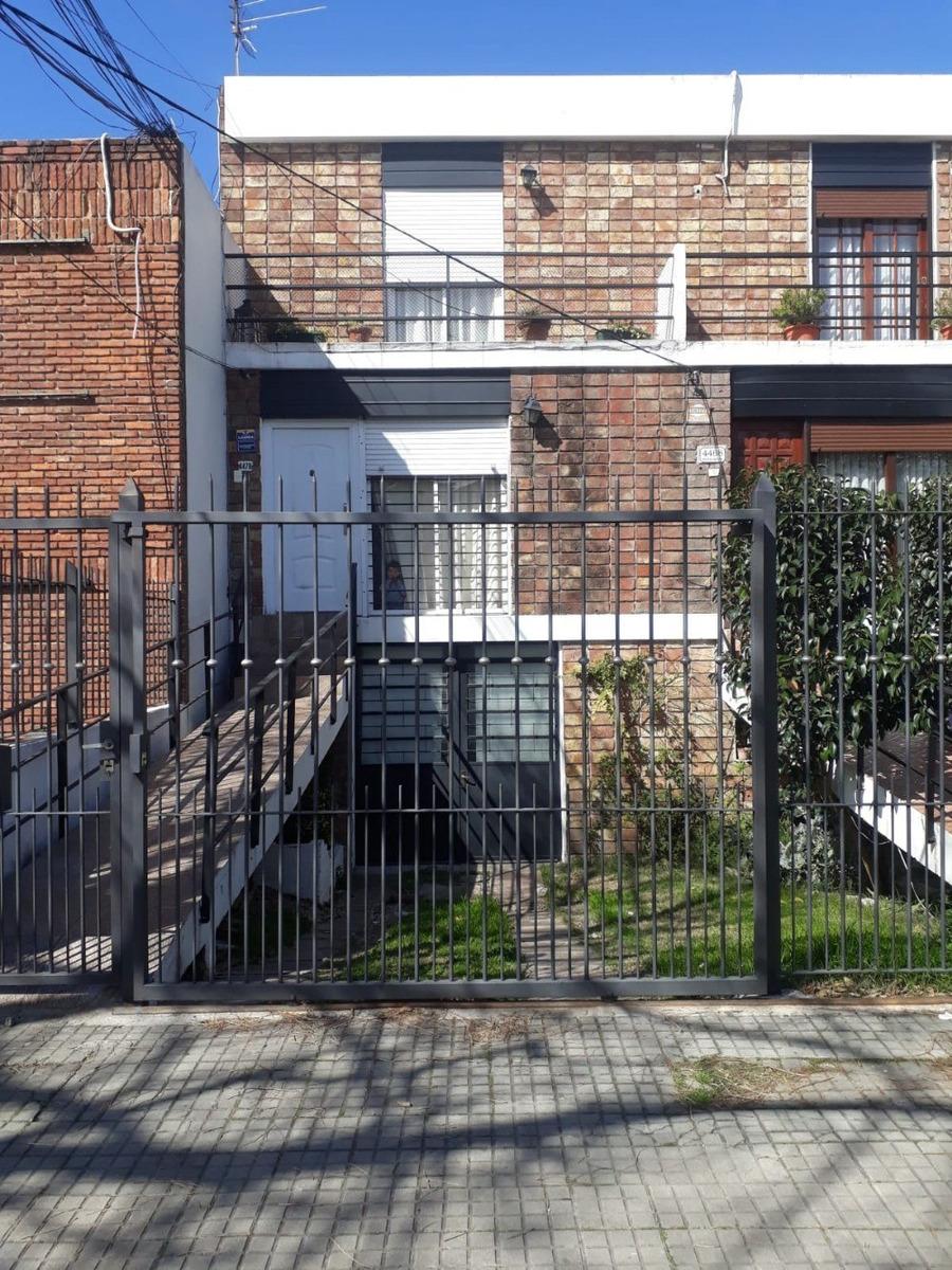 casa con jardin, cochera  y fondo